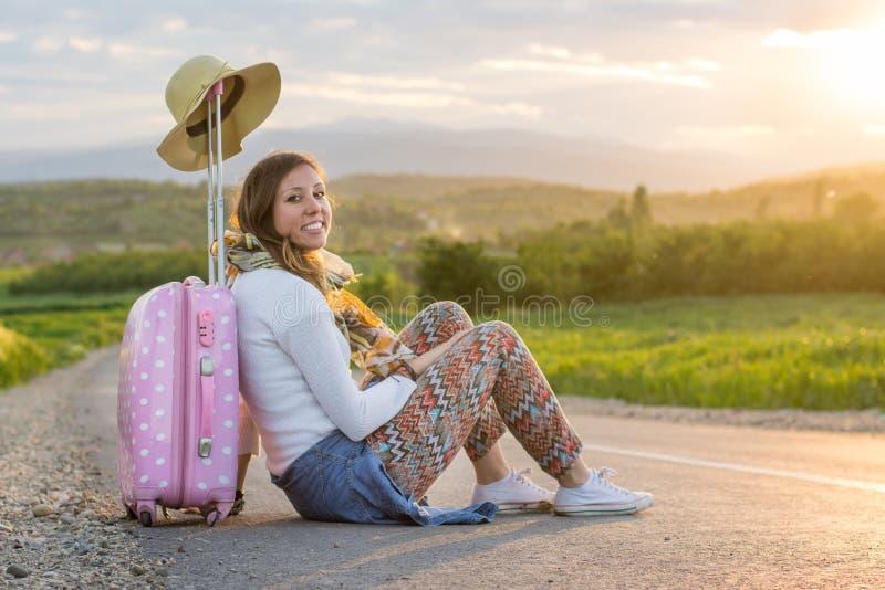 Osamotniony dziewczyny obsiadanie na drodze zdjęcie royalty free