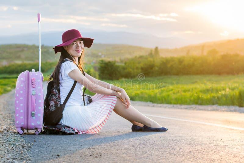 Osamotniony dziewczyny obsiadanie na drodze fotografia royalty free
