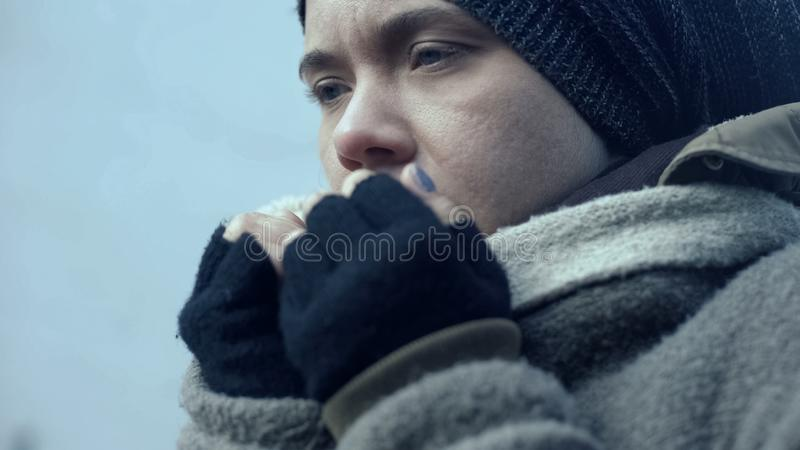 Osamotniony ?e?ski uchod?cy cierpienia zimno outdoors, ?ebraka styl ?ycia, bezradno?? zdjęcia royalty free