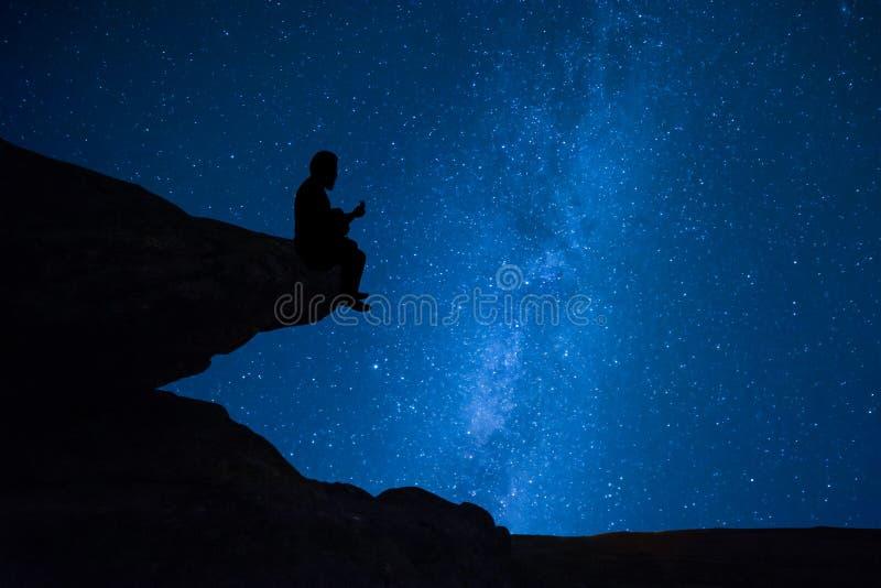 Osamotniony gitara gracz śpiewa o miłości zdjęcie stock