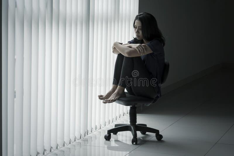 Osamotniony kobiety obsiadanie na krześle fotografia royalty free