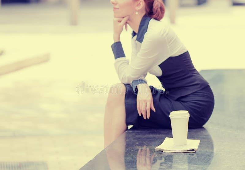 Osamotniony kobiety obsiadanie na zewnątrz korporacyjnego biura zdjęcie stock