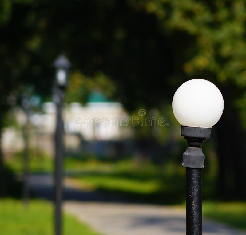 Osamotniony lampion w miasto parku zdjęcia royalty free