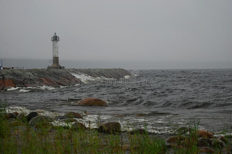 osamotniony latarni morskiej morze obrazy stock