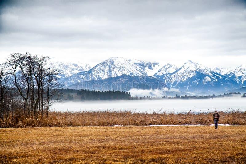 Osamotniony mężczyzna blisko jeziora w górach Niemcy zdjęcia royalty free