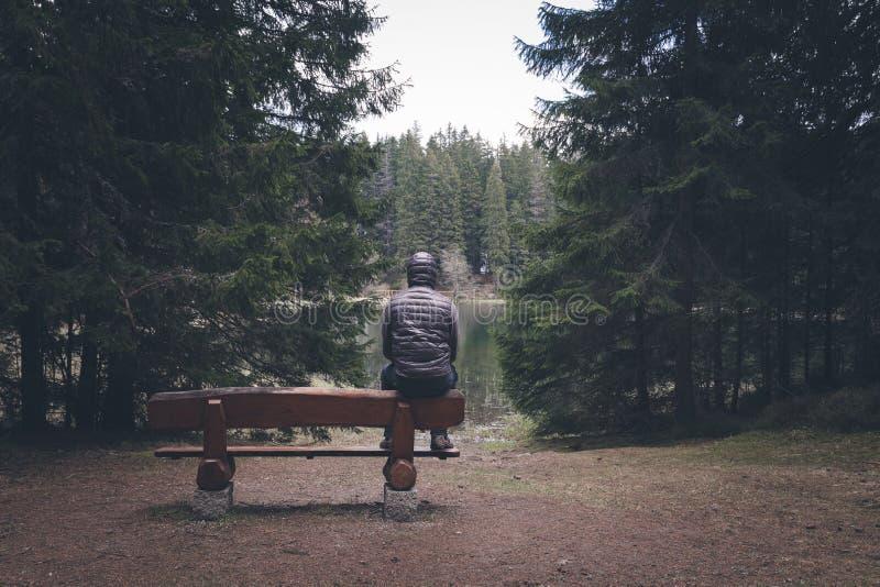 Osamotniony mężczyzna obsiadanie na ławce zdjęcia stock