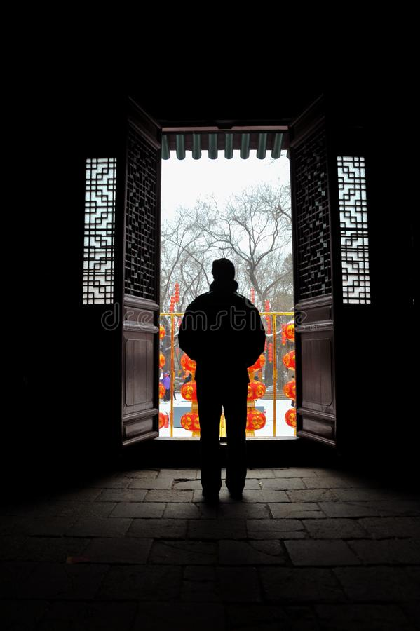 Osamotniony mężczyzna patrzeje śnieżną scenę w ` XI. Mała Dzika Gęsia pagoda zdjęcie royalty free