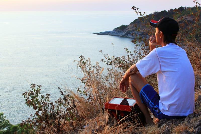 Osamotniony mężczyzna patrzeje z nadzieją przy horyzontem z światłem słonecznym podczas słońca fotografia stock