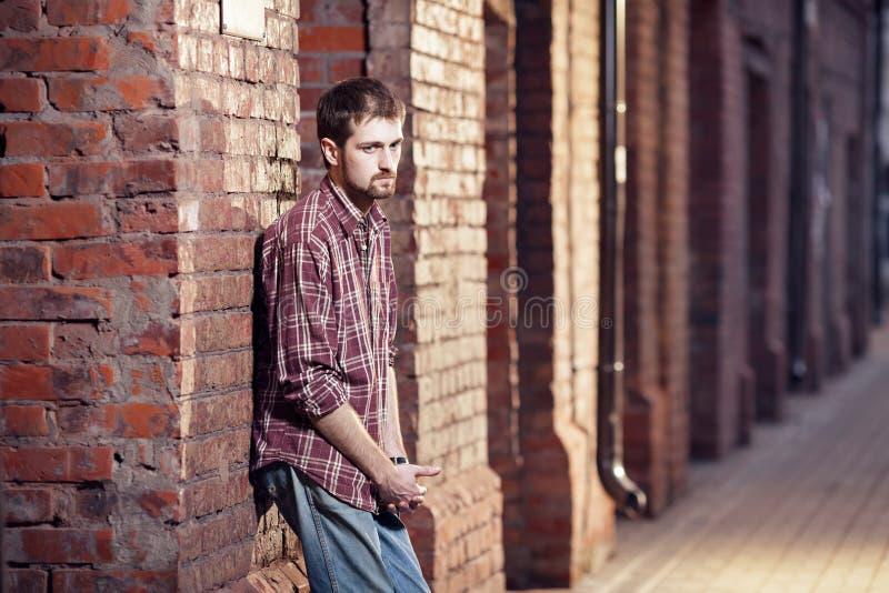 Osamotniony młody człowiek obrazy stock