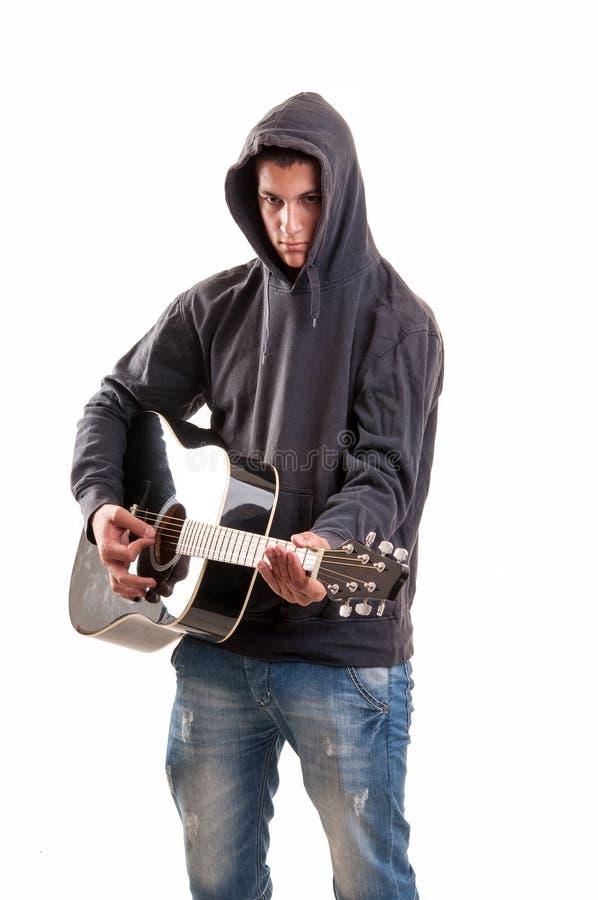 Osamotniony młody gitarzysta bawić się g obrazy royalty free