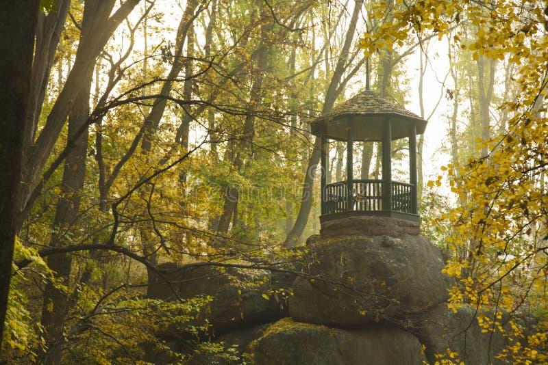 Osamotniony pawilon w starym jesień parku obraz stock