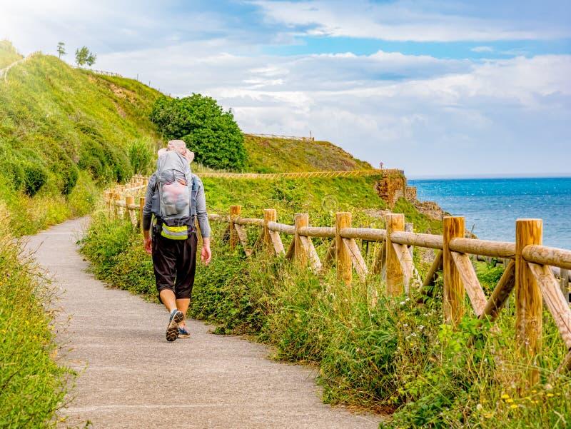 Osamotniony pielgrzym chodzi Camino de Santiago w Hiszpania z plecakiem zdjęcie royalty free