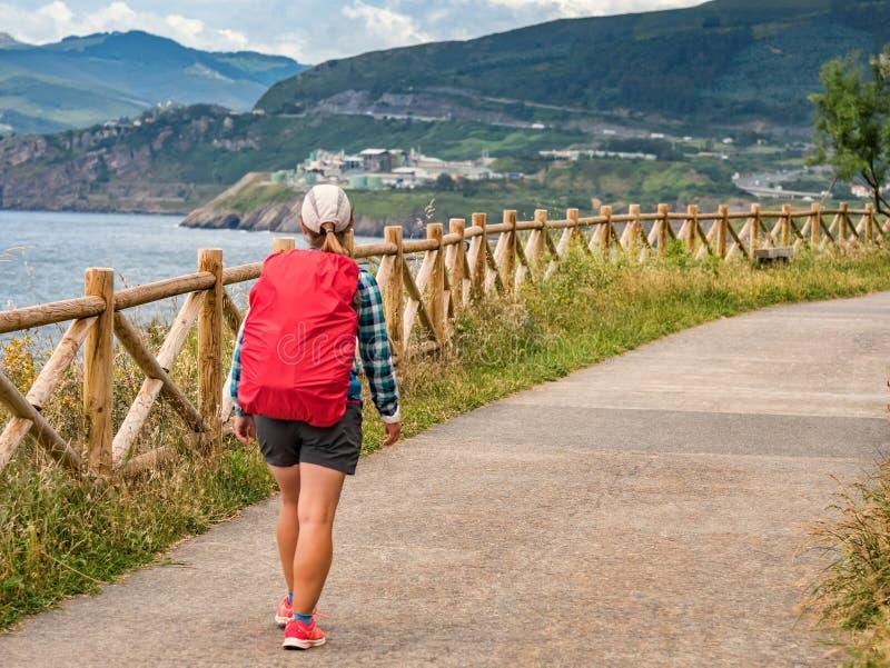 Osamotniony pielgrzym chodzi Camino de Santiago z plecakiem obraz stock