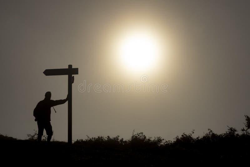 Osamotniony pielgrzym z plecakiem Camino de Santiago w Hiszpania zdjęcie royalty free