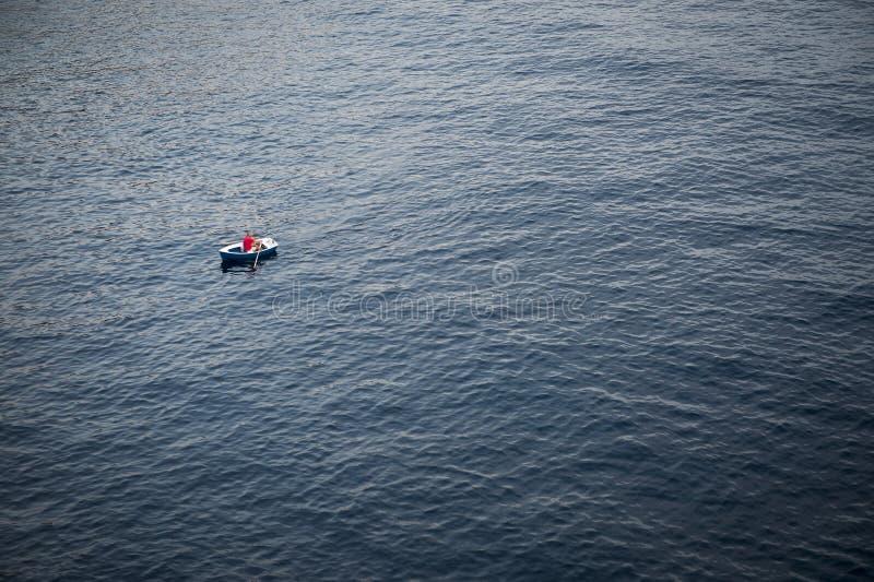 Osamotniony Rowboat na Wielkiej rozległości morze obraz stock
