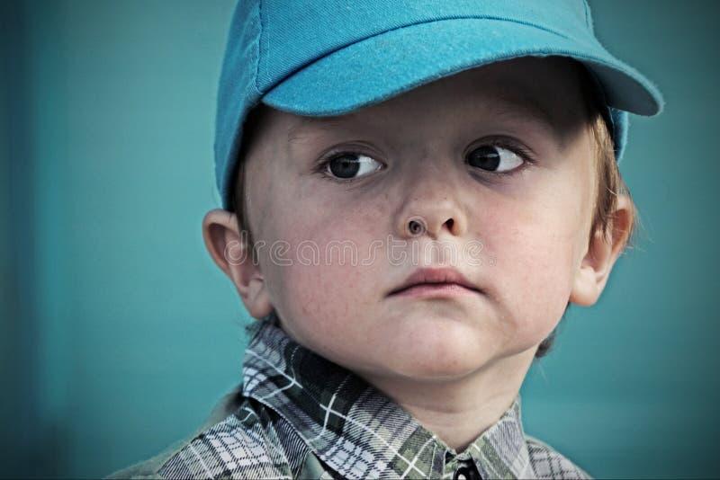 Osamotniony smutny biedny dzieciak patrzeje daleko od zdjęcia stock