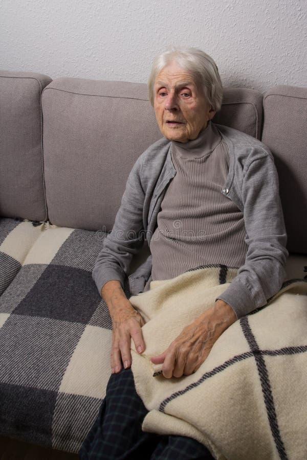 Osamotniony starszy obywatel w domu zdjęcia stock