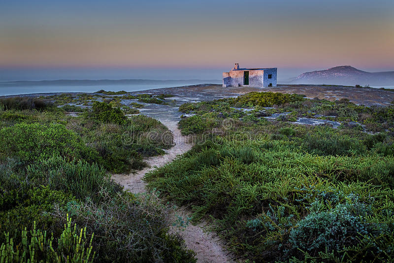 Osamotniony whitw dom na wzgórzu obrazy stock