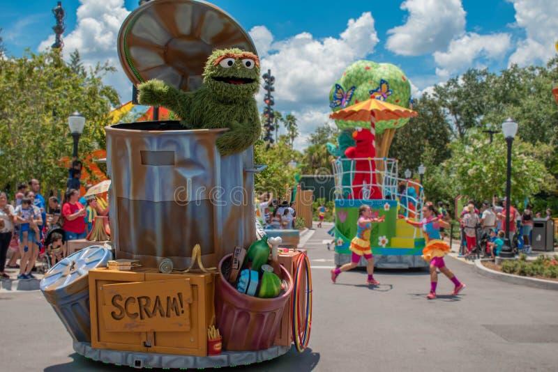Oscar o rabugento na parada do partido do Sesame Street em Seaworld 1 foto de stock