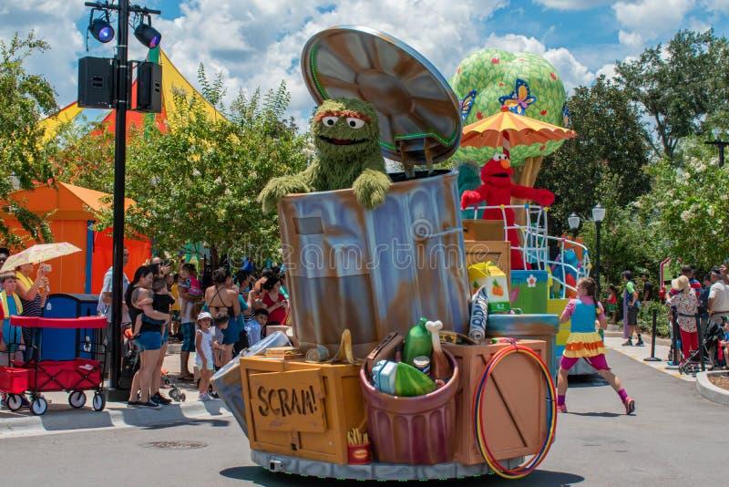 Oscar o rabugento na parada do partido do Sesame Street em Seaworld 2 imagens de stock royalty free