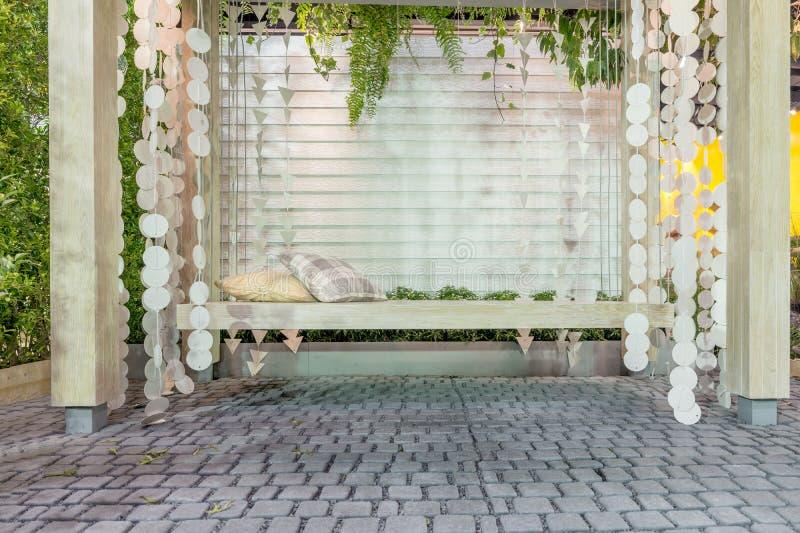 Oscilación de madera hermoso del pórche de entrada con las almohadas cómodas fotografía de archivo libre de regalías