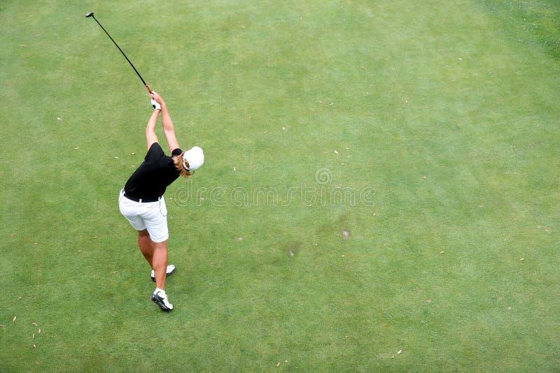 Oscilación del golf de la señora en evian fotografía de archivo