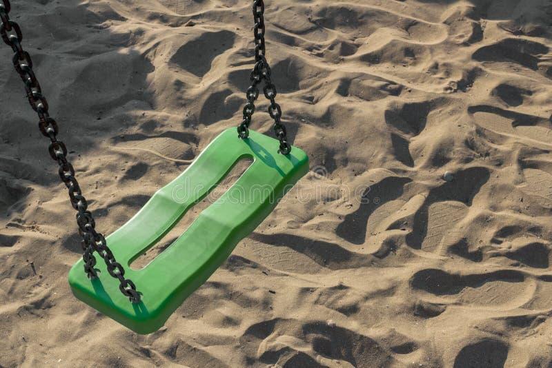 Oscilación en la playa fotos de archivo