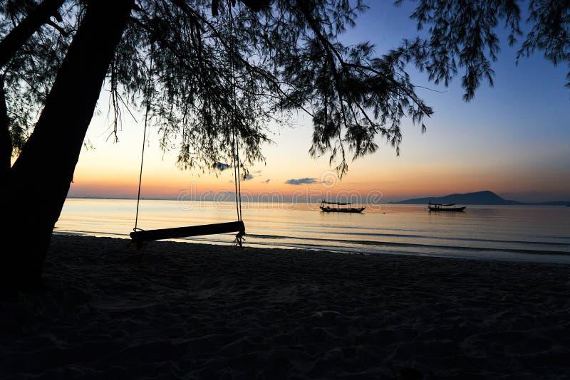 Oscilación en la salida del sol hermosa en paisaje tropical del rong de la KOH de la playa con los barcos del longtail mientras q fotos de archivo libres de regalías