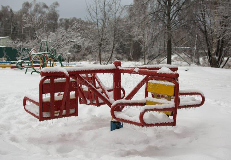 Oscilación nevado del ` s de los niños fotos de archivo libres de regalías