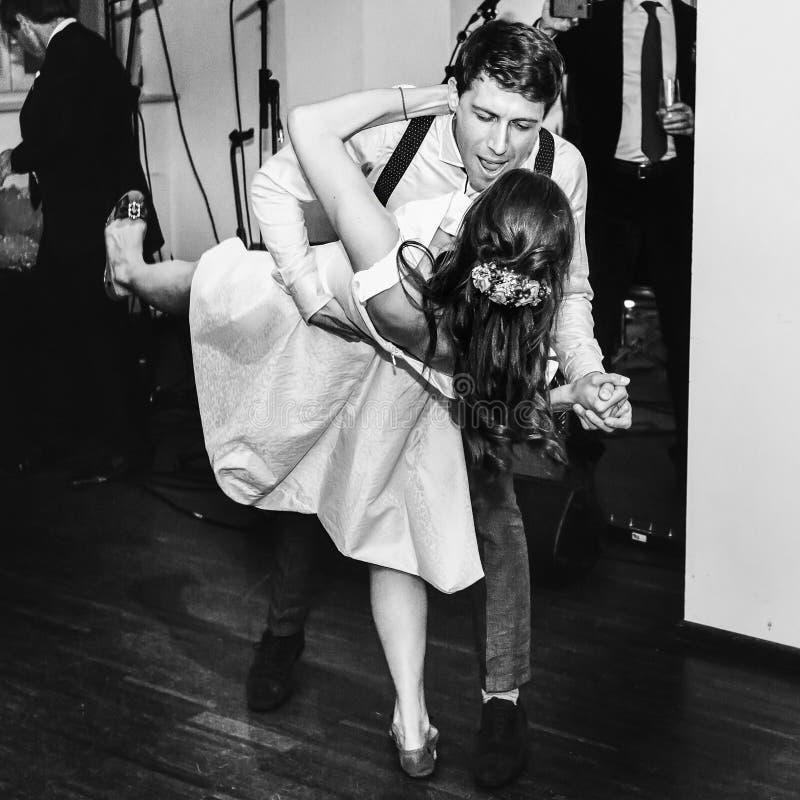 Oscilación retro elegante de la danza de la boda del baile de novia y del novio primer fotografía de archivo
