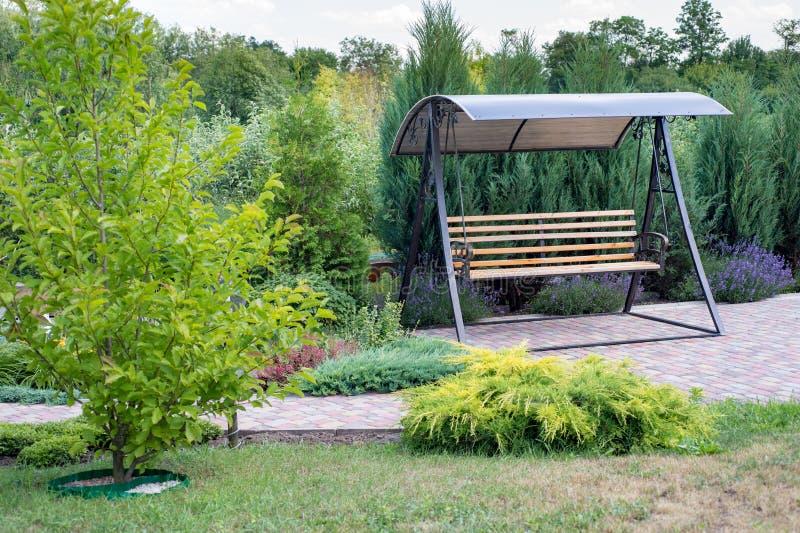 Oscilación solo precioso del jardín en un diseño hermoso del paisaje imagen de archivo libre de regalías