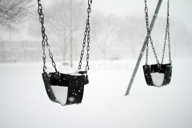 Oscilaciones del bebé cubiertos con nieve fotografía de archivo