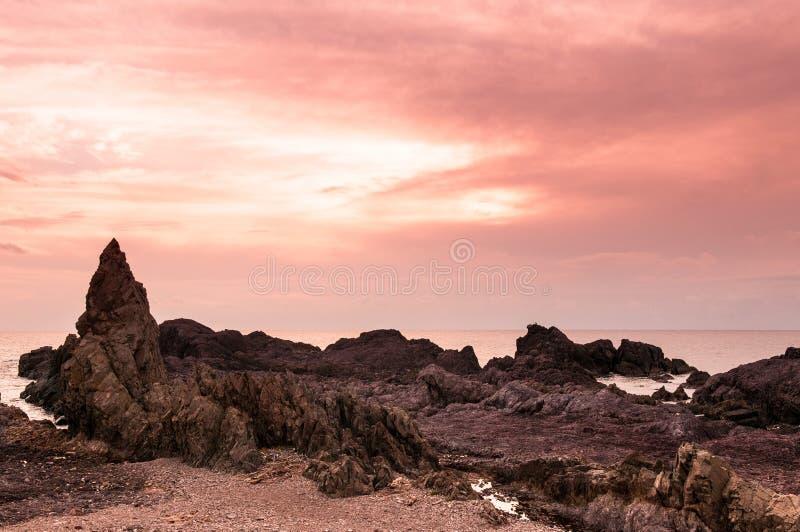 Oscile el cabo, playa de la roca, puesta del sol en Oga-shi, Akita, Japón fotos de archivo