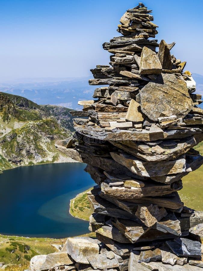 Oscile el equilibrio, roca que apila delante de uno de los siete lagos Rila en las montañas de Rila, Bulgaria fotografía de archivo libre de regalías
