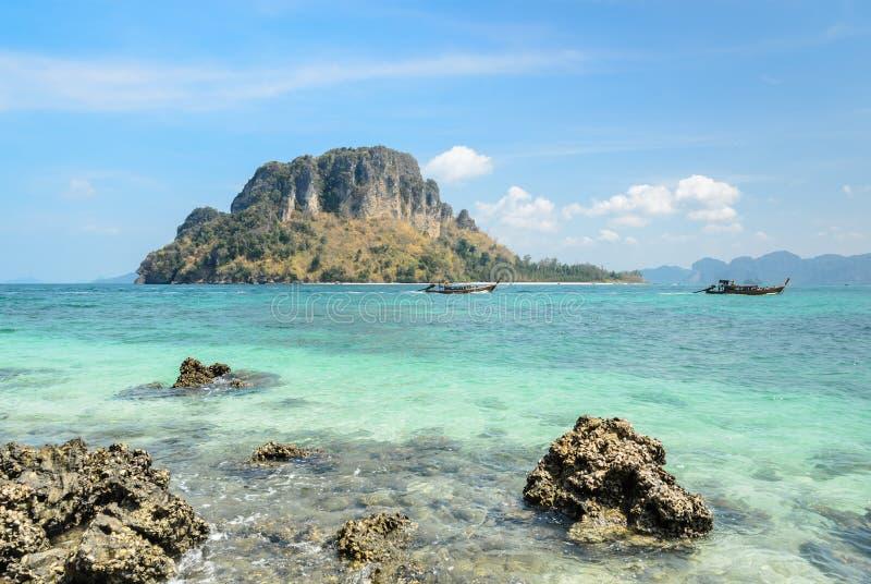 Oscile el mar de la playa y de andaman en la provincia de Krabi, Tailandia imagenes de archivo