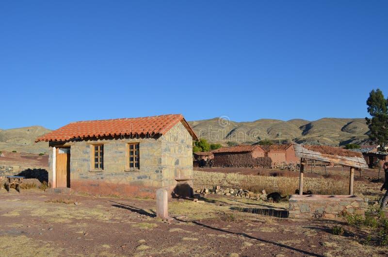 Oscile la cabaña en pequeño pueblo en el cráter del volcán Maragua fotos de archivo
