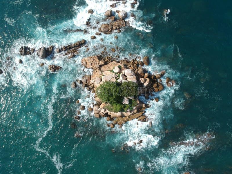 Oscile la isla desde arriba en el Océano Pacífico cerca de Acapulco, México foto de archivo libre de regalías