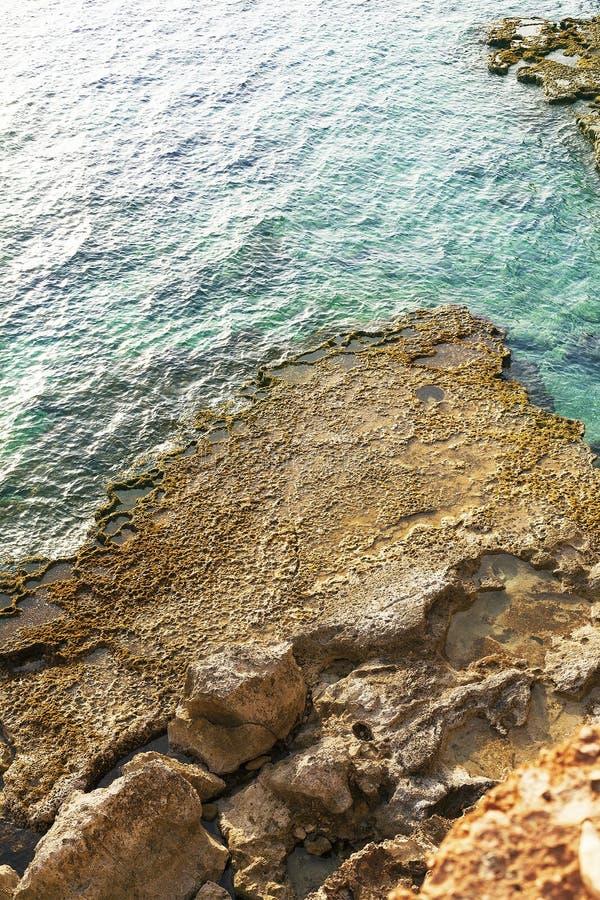 Oscile la orilla en el mar con reflexiones del sol imagenes de archivo