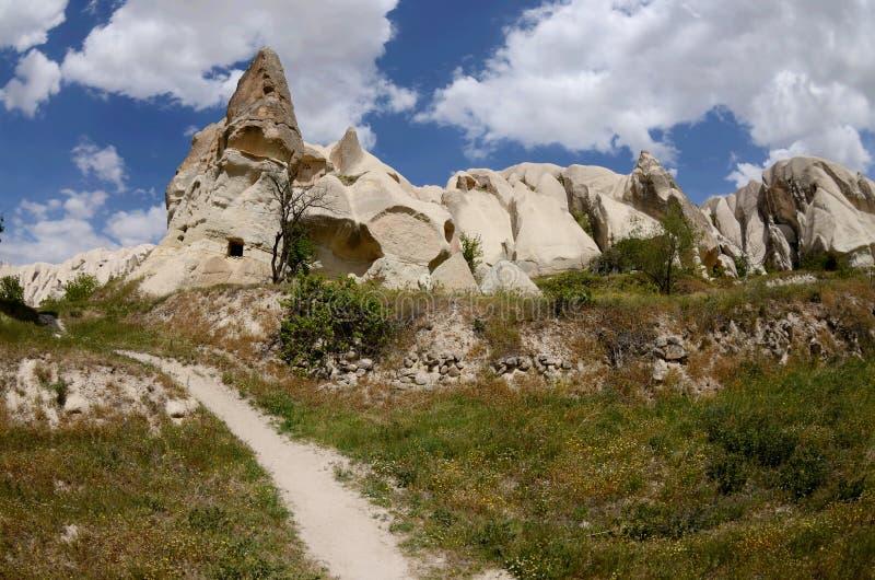 Oscile las iglesias y las paloma-casas en el valle de la espada, Cappadocia, señal famosa, Turquía imagen de archivo
