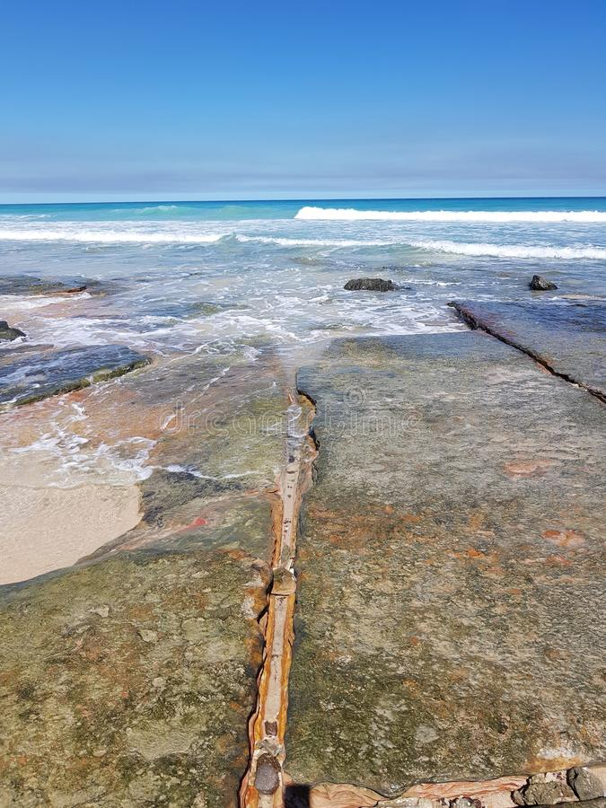 Oscile las losas en la playa Broome Australia occidental del cable fotos de archivo