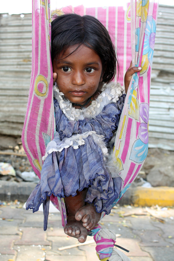 Oscillando nella povertà immagini stock