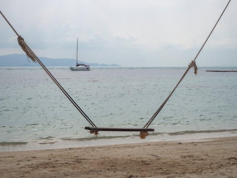 Oscillation de corde par la mer photos libres de droits