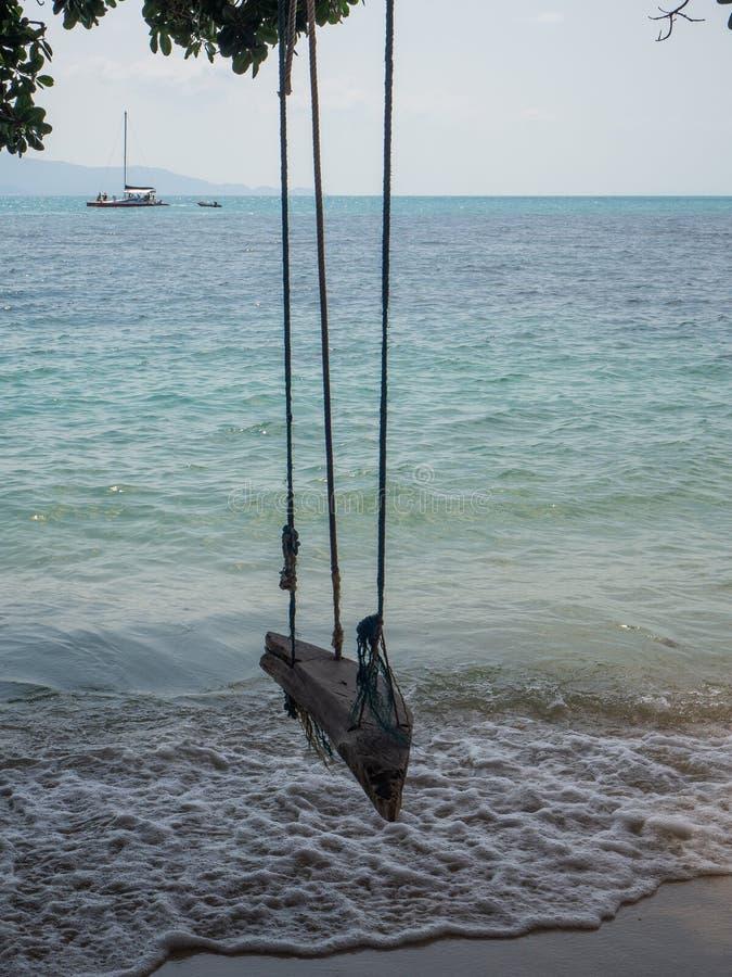 Oscillation de corde par la mer images libres de droits