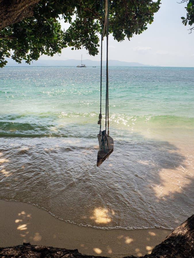 Oscillation de corde par la mer photos stock
