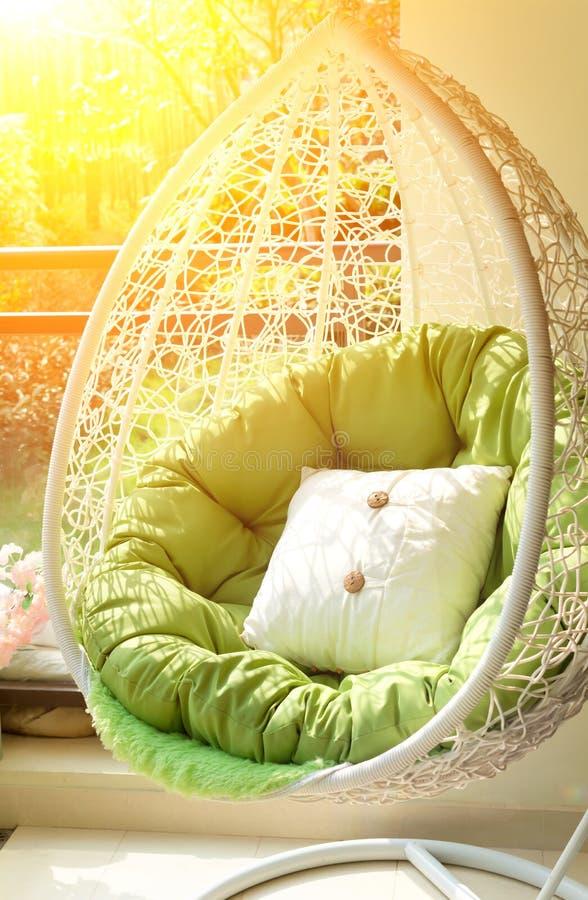 Oscillation de jardin avec le matelas et coussin dans le balcon dans le morni images stock
