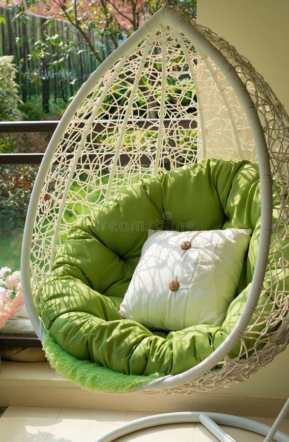 Oscillation de jardin avec le matelas et coussin dans un balcon image stock
