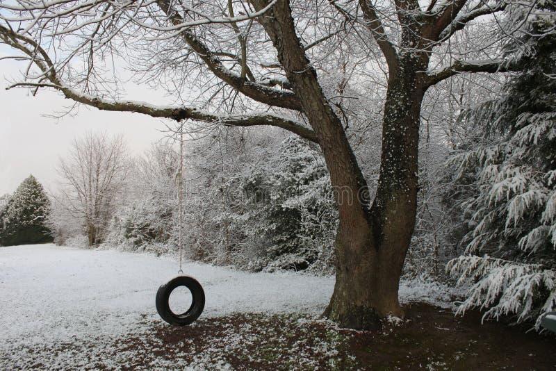 Oscillation de pneu dans une neige en retard photo stock