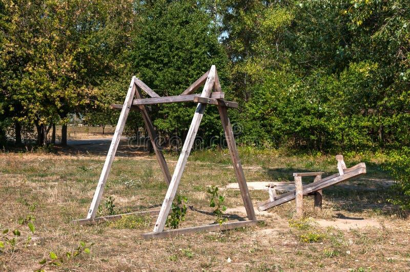 Oscillation en bois antique dans un vieux village photo libre de droits