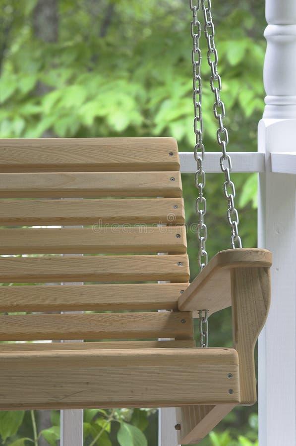 Oscillation en bois de porche photo stock