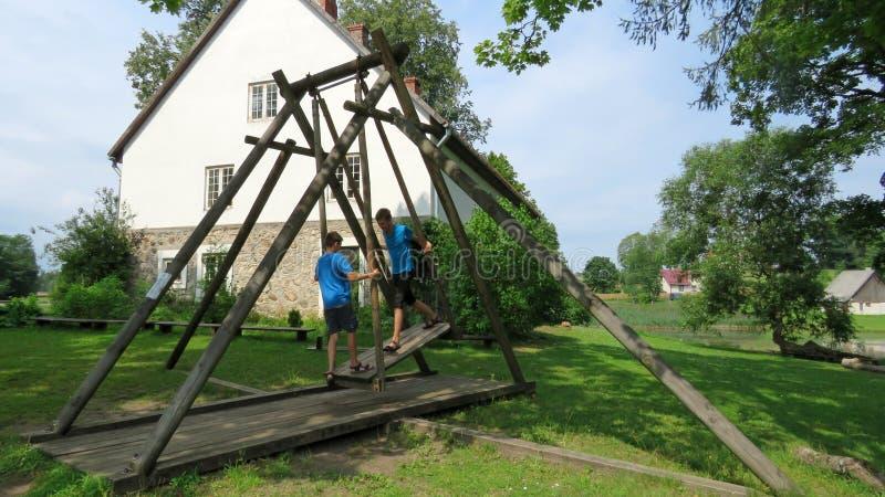 Oscillation en bois en parc de Turaida en Lettonie image libre de droits
